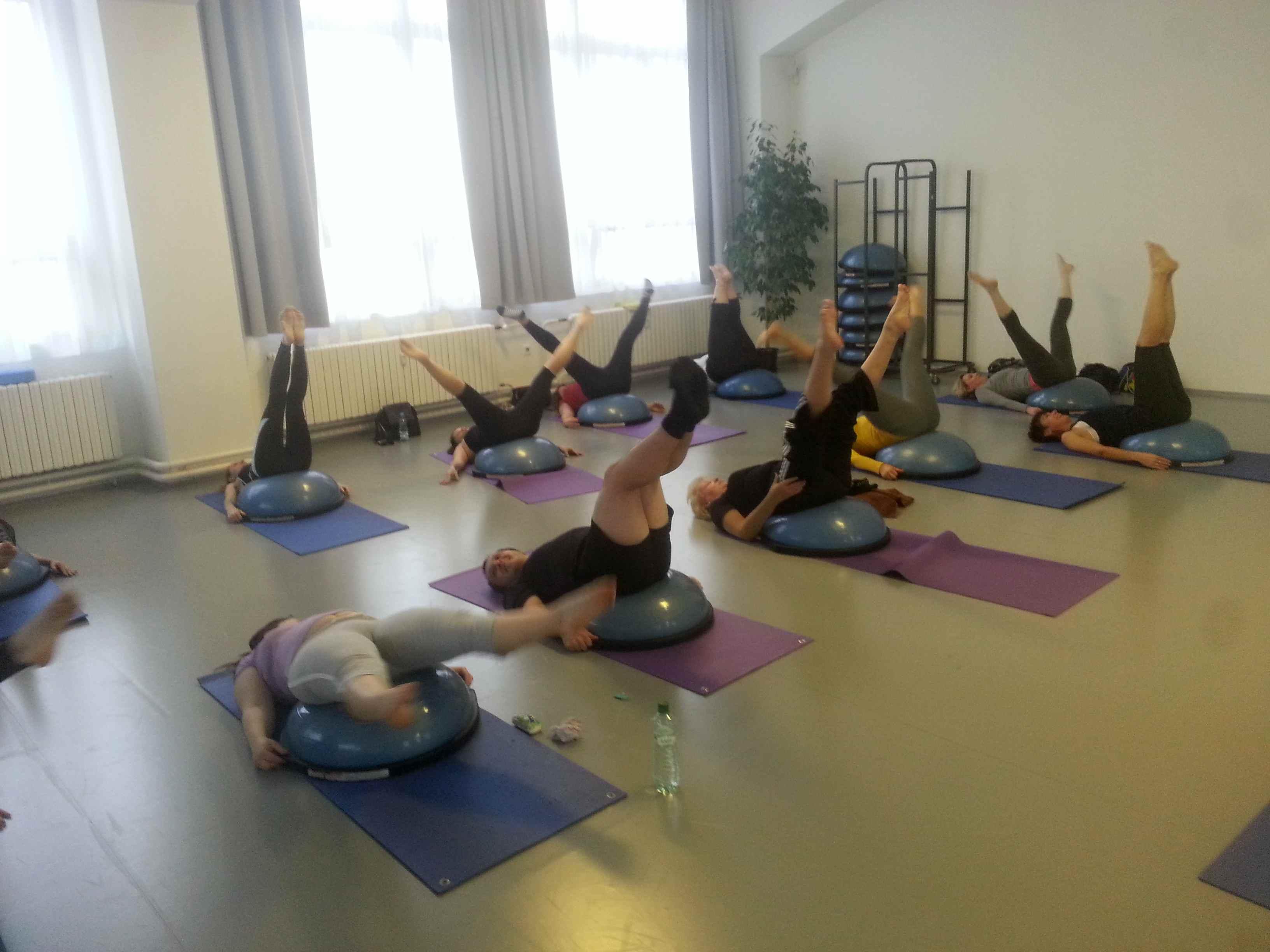 Pilates double leg circle na bosu v Centru tance
