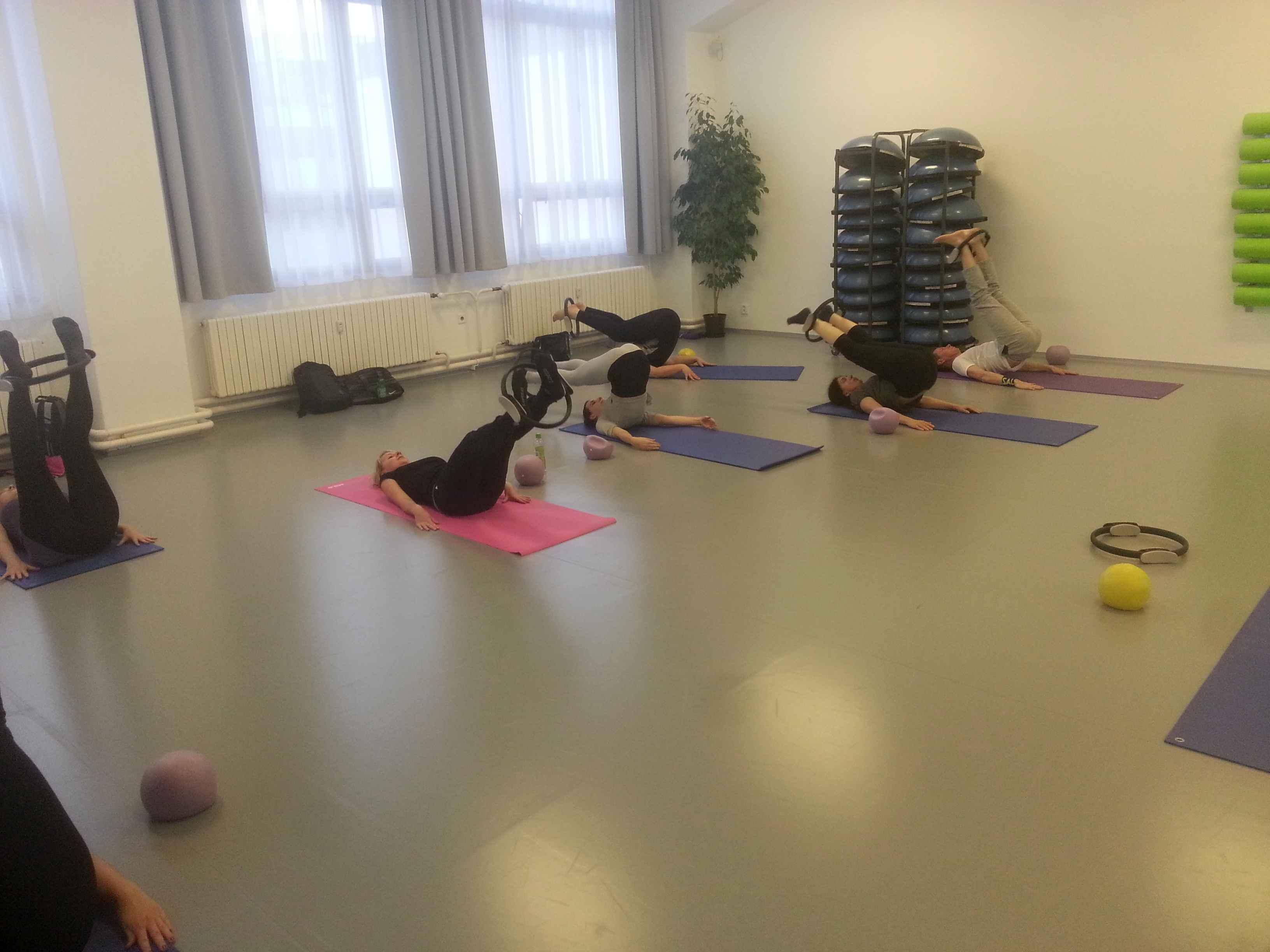 Pilates roll over s kruhem v Centru tance